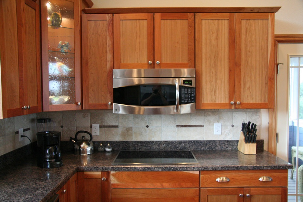 How to remove grease from cabinets without damaging wood for Best cleaning solution for kitchen cabinets